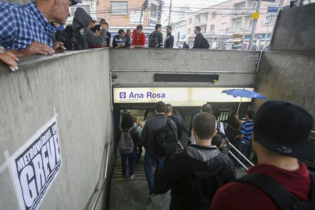 Le métro est le moyen de transport le... (Photo MIGUEL SCHINCARIOL, AFP)