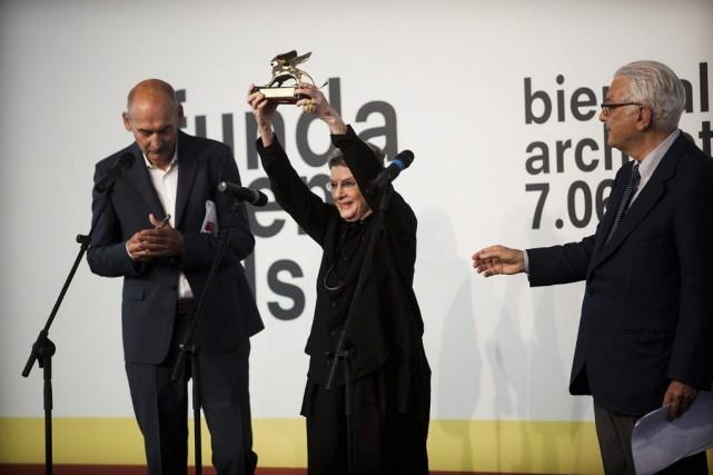 Phyllis Lambert recevant le lion d'or d'honneur à... (Photo fournie par la Biennale de Venise)