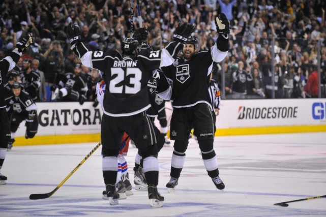 Dustin Brown (23) célèbre avec Willie Mitchell (right)... (PHOTO GARY A. VASQUEZ, USA TODAY)