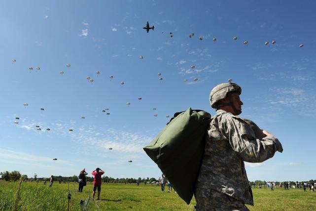 Près de 900 parachutistes militaires européens et américains ont sauté dimanche... (Photo JEAN-SEBASTIEN EVRARD, AFP)