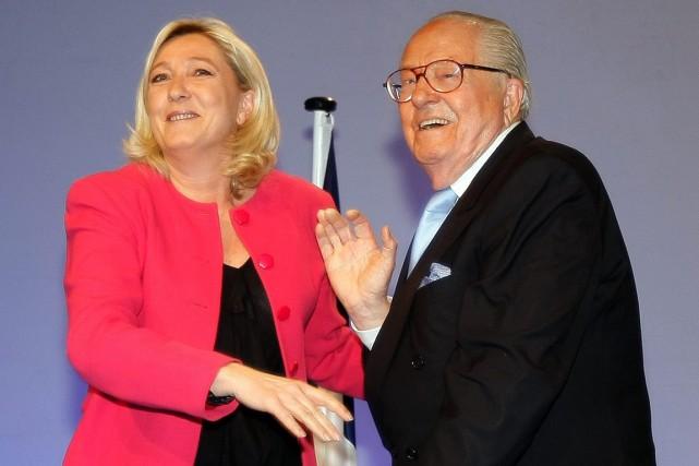 Marine Le Pen et son père Jean-Marie lors... (PHOTO CLAUDE DENIS, ARCHIVES AP)