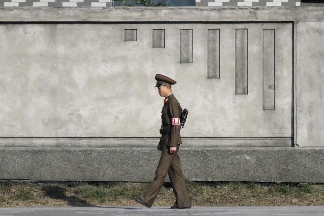 Un soldat nord-coréen patrouille près de la ville... (PHOTO JACKY CHEN, ARCHIVES REUTERS)