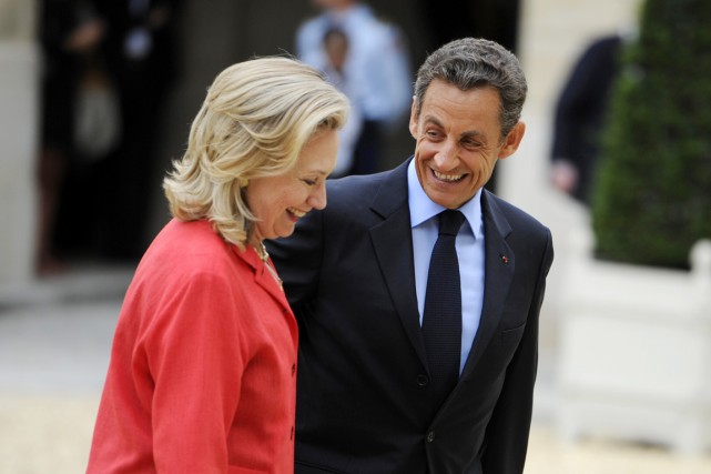 Le président Sarkozy accueille la secrétaire d'État Hillary... (PHOTO LIONEL BONAVENTURE, ARCHIVES AFP)