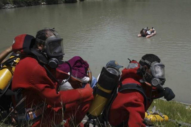 Des plongeurs s'apprêtent à effectuer des recherches dans... (PHOTO AFP/STRDEL)