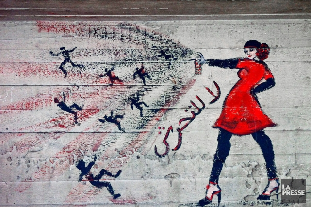 Un graffiti d'une femme poivrant une foule «d'agresseurs»,... (PHOTO MAYA ALLERUZZO, ARCHIVES AP)