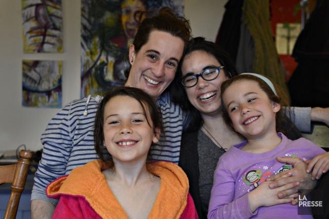 La famille d'Émilie et Sandrine, avec leurs deux... (Photo Bernard Brault, La Presse)