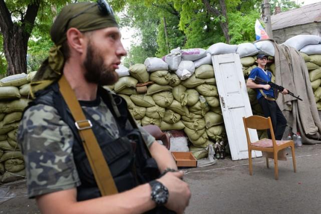 Des séparatistes prorusses montent la garde près d'une... (Photo: AFP)