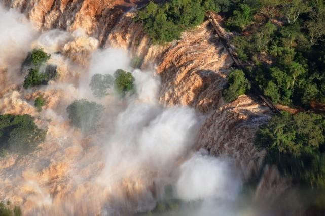 «Ce mardi, le débit est de 47 000... (Photo Raul Puentes/Iguazu National Park, AP)