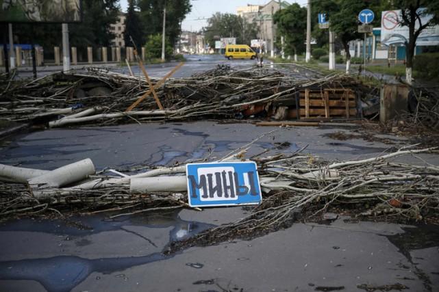 Une barricade sommaire a été dressée sur une... (Photo: Reuters)
