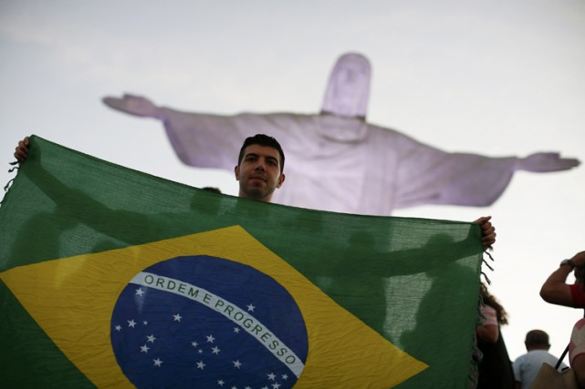 Tel le Christ Rédempteur de Rio de Janeiro qui s'illuminera mercredi soir aux... (Photo: Reuters)