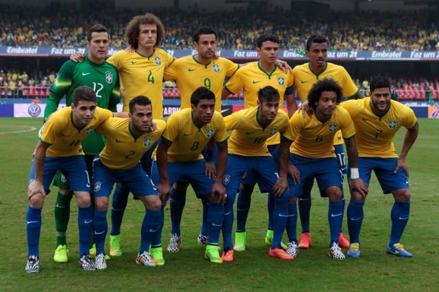 L'équipe du Brésil aura la pression de 200... (Photo Paulo Whitaker, Reuters)