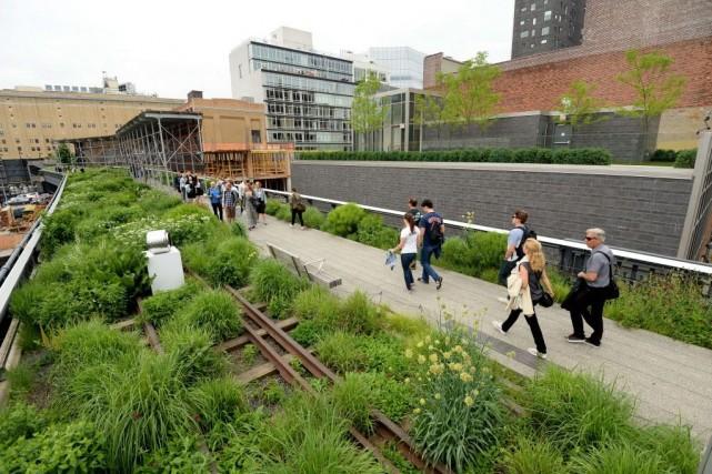 Parc urbain suspendu aménagé sur une ancienne voie ferrée, la High Line de New... (PHOTO STAN HONDA, AFP)