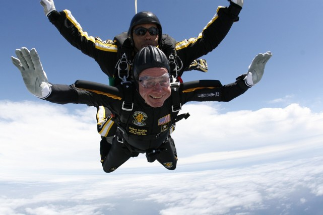 Lorsqu'il avait sauté en parachute pour son 85e... (PHOTO ARCHIVES AP)