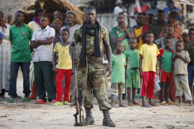 Un combattant Séléka pose pour le photographe de... (PHOTO GORAN TOMASEVIC, ARCHIVES REUTERS)