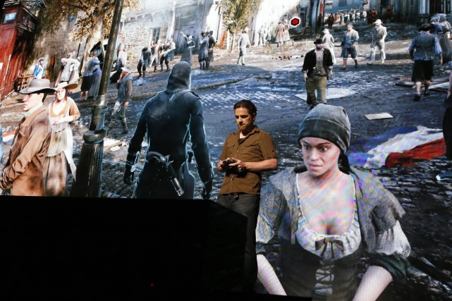 Un homme jouant à Assassin's Creed Unity... (Photo LUCY NICHOLSON, Reuters)