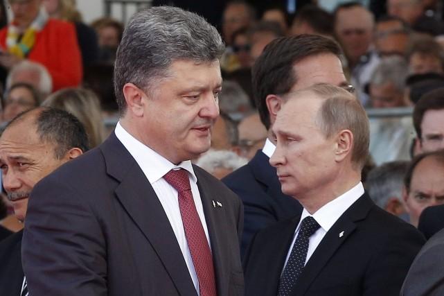Le nouveau président ukrainien Petro Porochenko (gauche)et le... (Photo Christophe Ena, Archives AP)