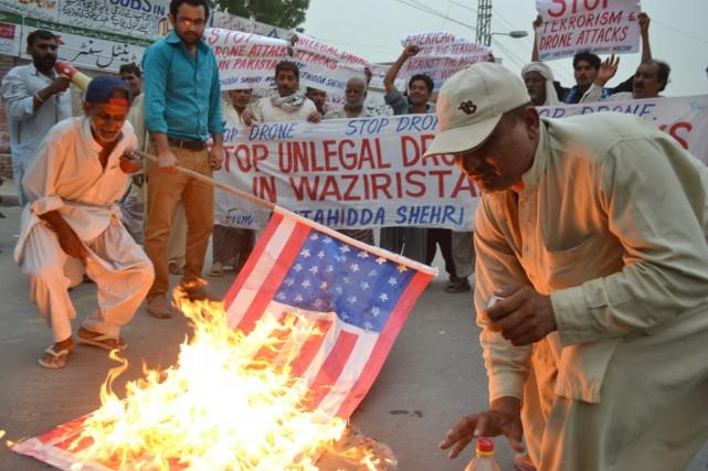 Des activistes anti-américains manifestent contre les tirs de... (PHOTO S S MIRZA, AFP)