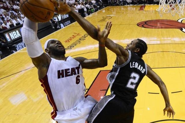 LeBron James (6) et Kawhi Leonard (2)... (Photo Larry W. Smith, Associated Press)