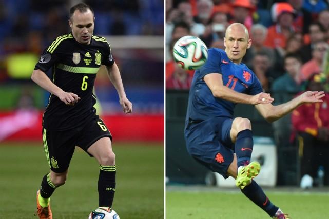 Andrés Iniesta, de l'Espagne, et Arjen Robben, des... (Photos AFP)