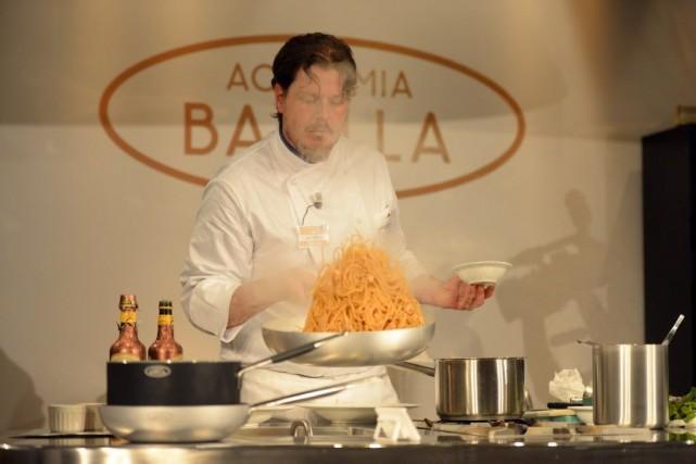 Luca Torricelli, responsable des fourneaux du restaurant L'Argentino... (PHOTO OLIVIER MORIN, AFP)