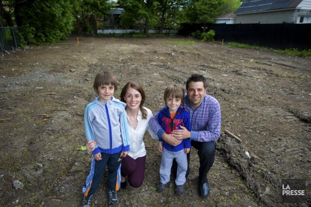 La petite famille Drinkwater-Pelchat sur son nouveau terrain,... (PHOTO ANDRÉ PICHETTE, LA PRESSE)