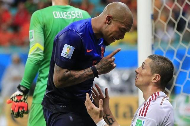 Nigel de Jong fait la leçon à Fernando... (Photo AP)
