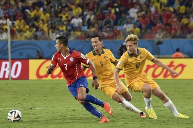Alexis Sanchez prend de court la défense australienne.... (Photo AFP)