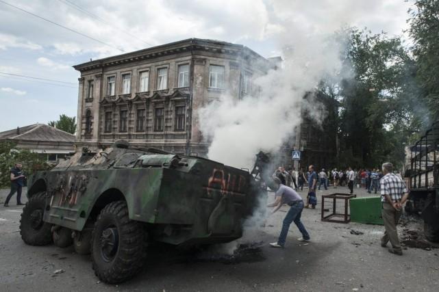 À Marioupol, des citoyens ont mis le feu... (Photo Evgeniy Maloletka, AP)
