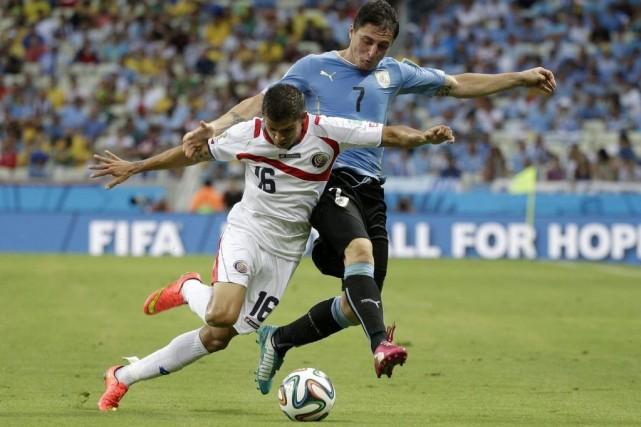 Cristian Gamboa et Cristian Rodriguez à la lutte.... (Photo AP)