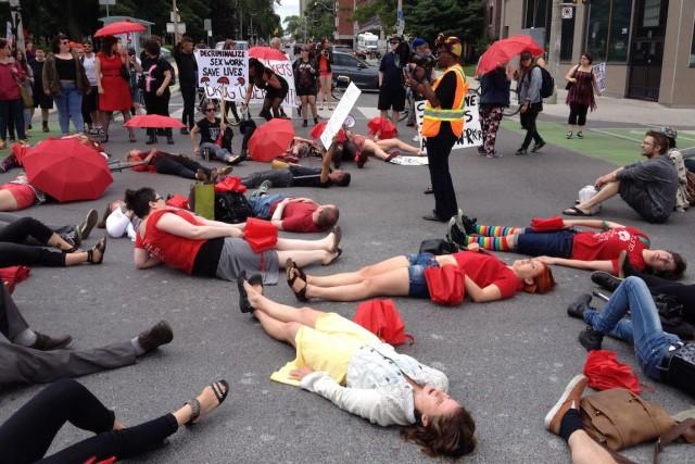 Des dizaines de manifestants se sont rassemblés sous... (Photo William Campbell, PC)