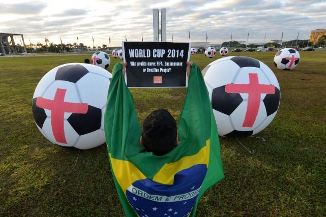 Une manifestation contre le Mondial a rassemblé dimanche sans incident à... (Photo EDILSON RODRIGUES, AFP)