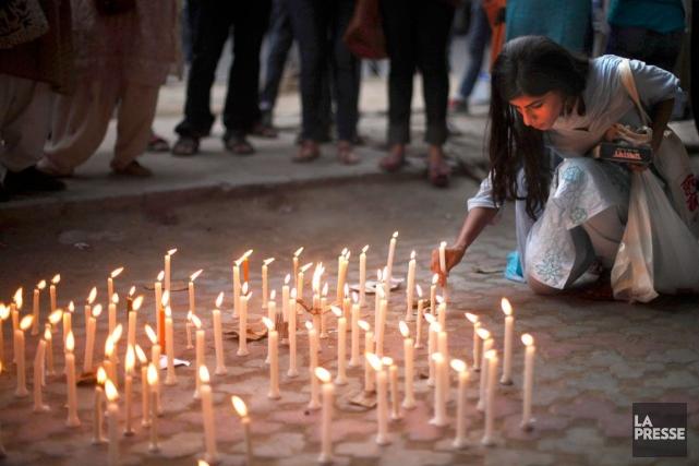 Une activiste de New Delhi allume des chandelles... (Photo Associated Press)