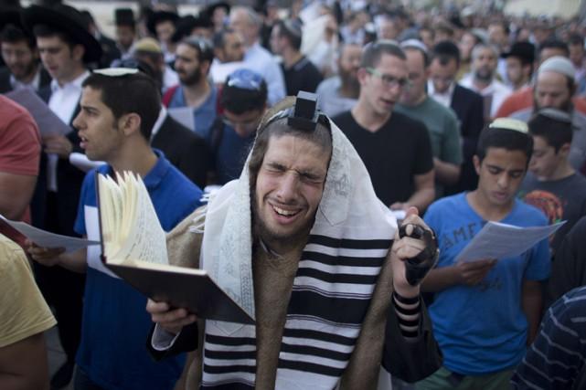 Une prière collective s'est déroulée dimanche soir au... (Photo: AFP)