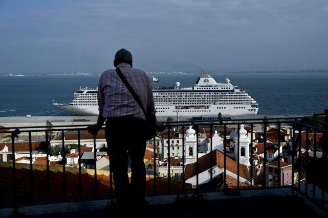 Un bateau de croisière de passage au Portugal.... (Photo PATRICIA DE MELO MOREIRA, AFP)