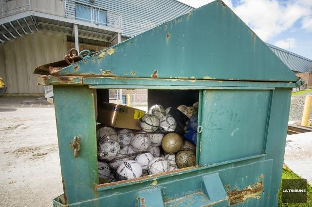Une centaine de ballons de soccer remplissent un conteneur à poubelle derrière... (Imacom, Jocelyn Riendeau)