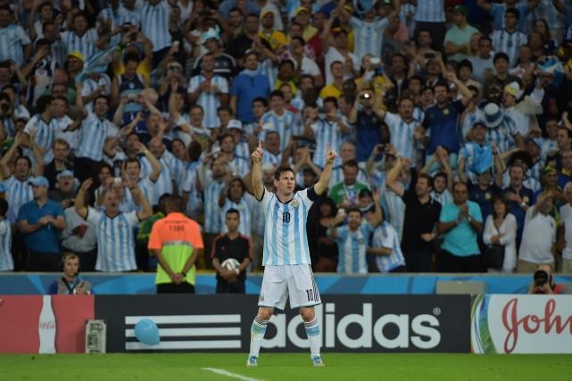 Des fans de l'Argentine sans billet ont pénétré... (Photo Gabriel Bouys, AFP)
