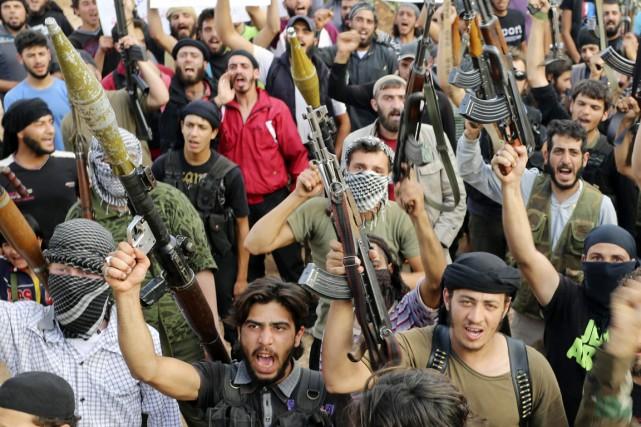 Des combattants de l'Armée syrienne libre (ASL) brandissent... (PHOTO BADI KHLIF, ARCHIVES REUTERS)