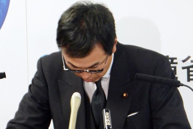 Le ministre de l'Environnement, Nobuteru Ishihara, a présenté... (PHOTO AFP/JIJI PRESS)