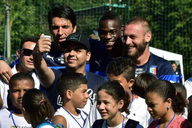Le gardien Gianluigi Buffon, l'attaquant Mario Balotelli et... (Photo Giuseppe Cacace, AFP)