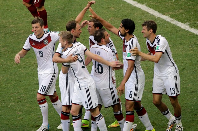 L'Allemagne a remporté une victoire écrasante de 4-0... (Photo Christophe Ena, AP)