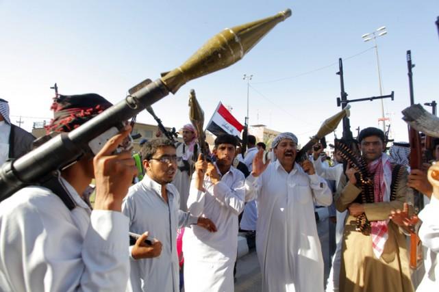 Des hommes armés participent à une parade dans... (Photo: Reuters)