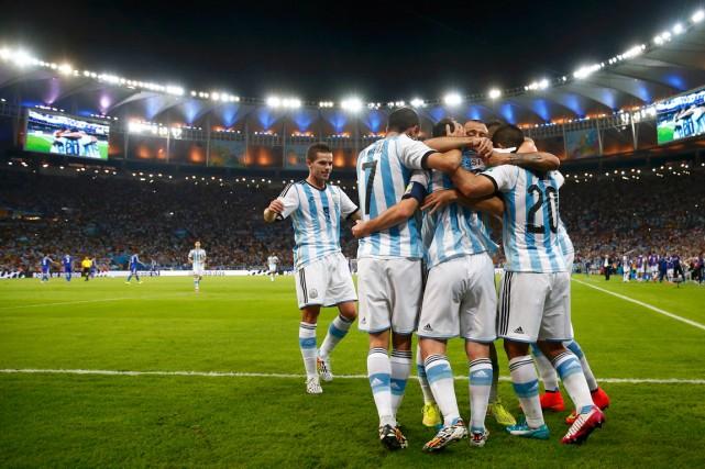 Lionel Messi est félicité par ses coéquipiers argentins... (Photo Michael Dalder, Reuters)