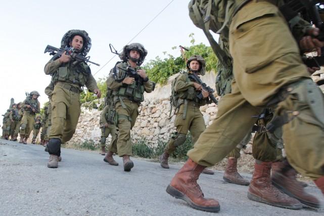 Des soldats israéliens patrouillent dans le village palestinien... (PHOTO HAZEM BADER, AFP)