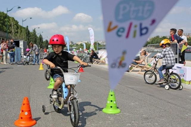 Le service proposera 300 vélos à louer, répartis... (Photo Remy de la Mauviniere, AP)