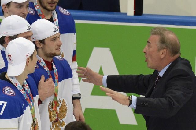 Vladislav Tretiak (à droite) occupe le poste de... (Photo Alexander Nemenov, AFP)