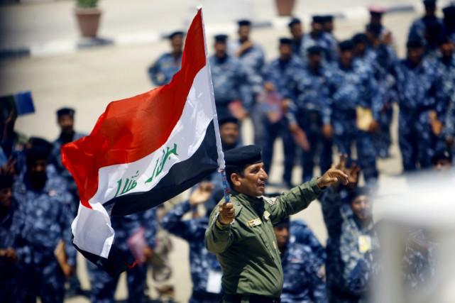 De nouvelles recrues de l'armée irakienne sont rassemblées... (PHOTO HAIDAR HAMDANI, AFP)