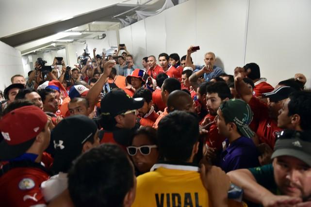 Une centaine de supporteurs chiliens sont entrés de... (Photo Yasuyoshi Chiba, AFP)