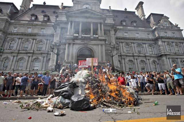 La manifestation d'hier des policiers, pompiers et cols... (Photo Patrick Sanfaçon, La Presse)