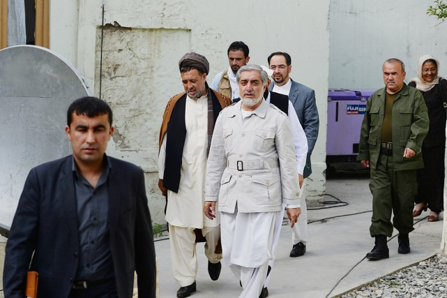 Abdullah Abdullah (au centre), qui a rassemblé 45%... (PHOTO SHAH MARAI, AFP)