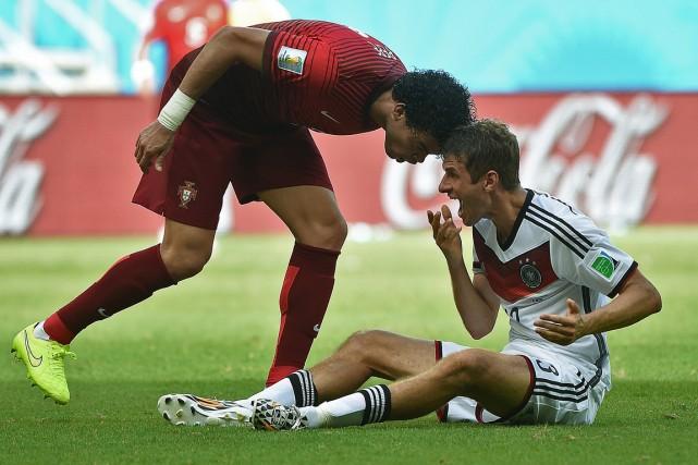 Le défenseur portugais Pepe a servi un coup... (Photo Patrik Stollarz, AFP)